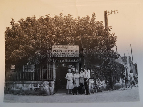 1960 Plume la Poule le bar des Béarnais. De nos jours c'est un Pub .