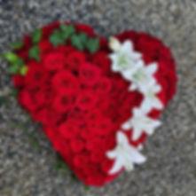 Dernier hommage en roses rouges et fleur