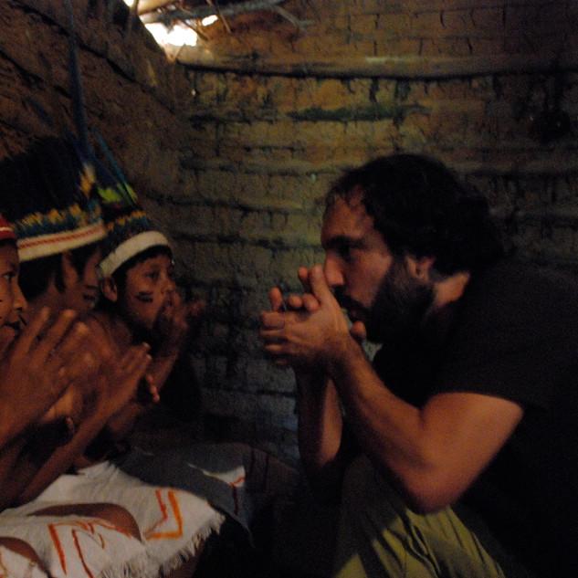 """""""Índios Guarani da Aldeia Rio Silveira"""" (grupo de crianças e adolescentes mantidos na aldeia Guarani sediada em São Sebastião)"""