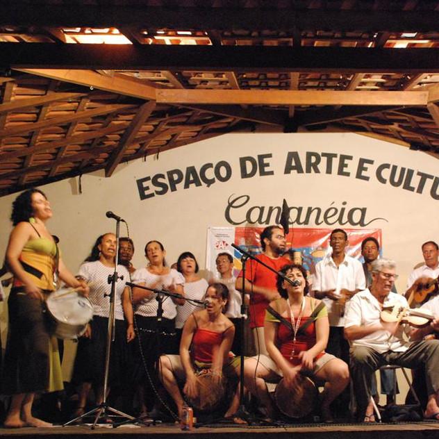 """""""Caiçaras de Acaraú e Grupo de Dança Vida Feliz"""" (tocadores e dançarinos de fandango de Cananéia)"""