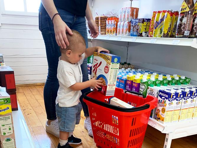 interior supermercado con personas.jpg