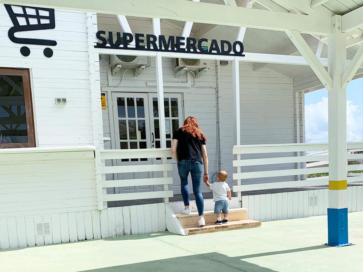 exterior supermercado con personas.jpg