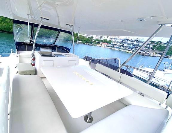 Fly bridge Aquila 48 Yacht