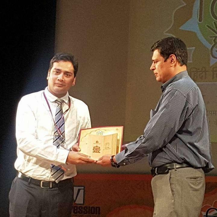 हिंदी शिक्षण में उत्कृष्ट योगदान के लिए मधुबन प्रकाशन के सचिव द्वारा सम्मानित