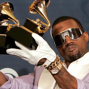 Kanye West orina su premio GRAMMY y posteó el video en Twitter