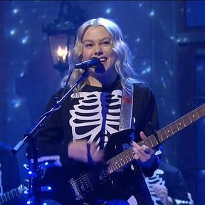 Mira a Phoebe Bridgers romper una guitarra en vivo para SNL