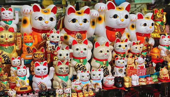 Traditional name of fortune beckoning cat is...