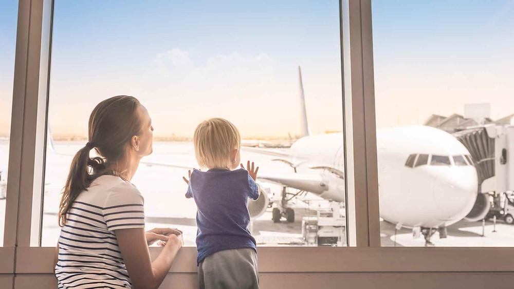Mãe e filho no aeroporto