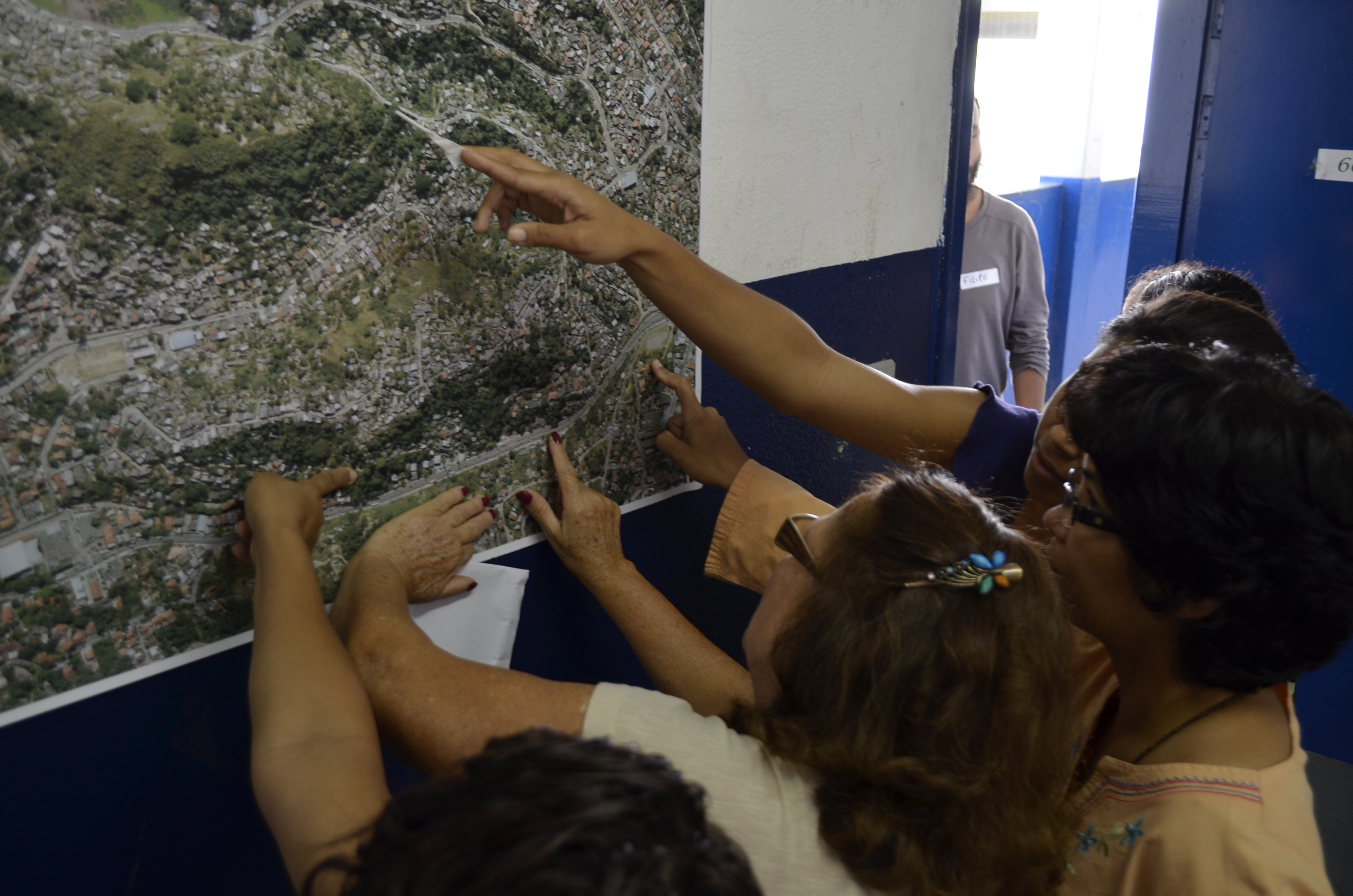 Moradores observando o mapa da Grota