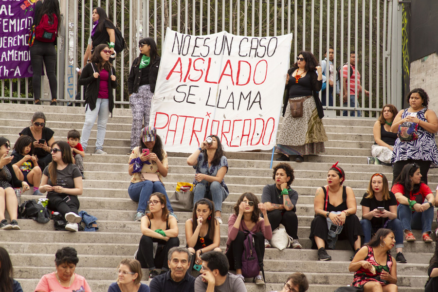 """19 december 2019. Nationale Dag tegen Feminicide, een herdenking uitgevoerd in het Museum van de Herinnering en Mensenrechten in Santiago. """"Dit is geen uitzondering, maar het patriarchaat"""", leest een protestleus. De muurschildering als vorm van protest is anoniemer. Het is niet hetzelfde als wanneer iemand zo een krachtige boodschap formuleert op een protestdoek."""