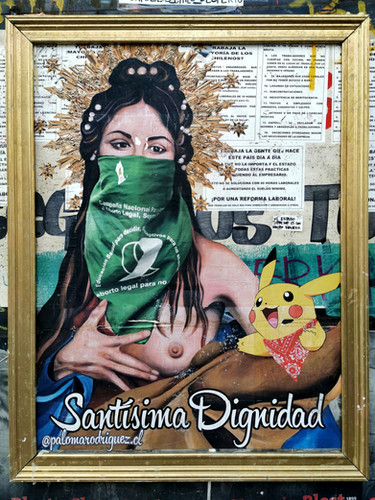 November 2019. De muurschildering Dignidad con Pikachu (Waardigheid met Pikachu) met gouden kader. Paloma Rodriguez (palomarodriguez.cl) is schilderes, goudsmid en restaurateur. Ze creëerde deze muurschildering op de muren van het Cultureel Centrum Gabriela Mistral in Santiago. Ze verbeeldt zo twee iconen van het sociaal protest in Chili: Een halfnaakte vrouw met masker en de groene sjaal die de legalisatie van abortus symboliseert en het beeld van Pikachu, een terugkerend personage in de straten van Santiago tijdens de protesten van oktober. De tante Pikachu is Giovanna Grandón, een Chileense vrouw die sinds het begin van de manifestaties in Chili de straat op kwam om de sociale beweging te steunen. Deze muurschildering is ingelijst door het collectief @museodeladignidad (Museum van de waardigheid). Dit collectief omlijst muurschilderingen die waardigheid verbeelden en creëren kunstwerken in openlucht. De muurschildering is op 19 februari gewist zonder de toestemming van het cultureel centrum. Deze foto documenteert de sociale expressie en kunst als deel van de sociale protesten in Chili.