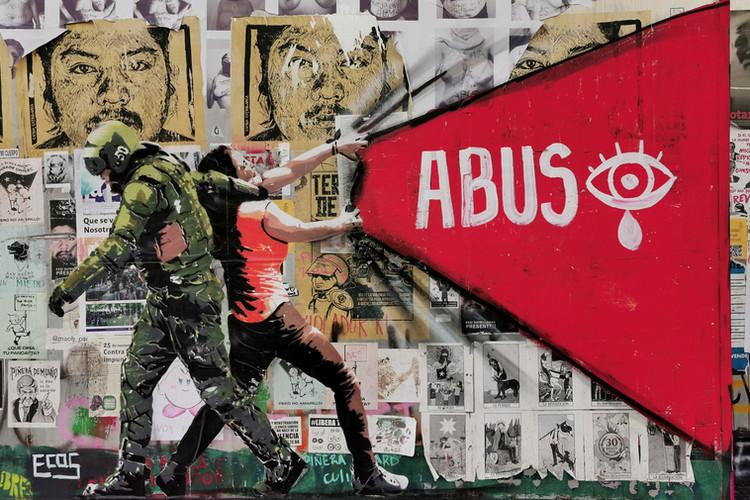 December 2019. Muurschildering van @ecos30 genaamd Misbruik in het Cultureel Centrum Gabriela Mistral in Santiago. De muurschildering is 19  februari weggewist zonder de toestemming van het cultureel centrum. Deze foto documenteert de sociale expressie en kunst als deel van de sociale protesten in Chili.