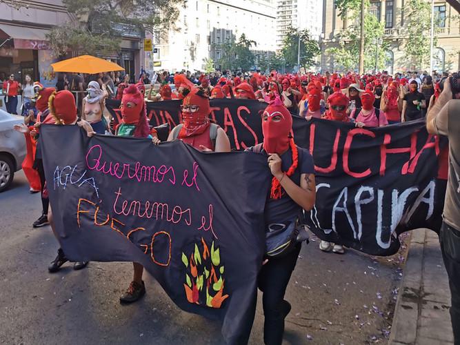 29 de noviembre 2019. Marcha de mujeres por las calles de Santiago centro luego de realizar un taller de capuchas convocada por las mujeres de la CUT Central Unica de Trabajadores.