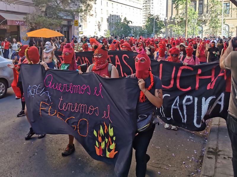 29 november 2019. Vrouwen die manifesteren in de straten van het centrum van Santiago na een workshop maskers maken die was georganiseerd door de vrouwen van de Centrale Vakbond voor Arbeiders CUT (Central Unica de Trabajadores).