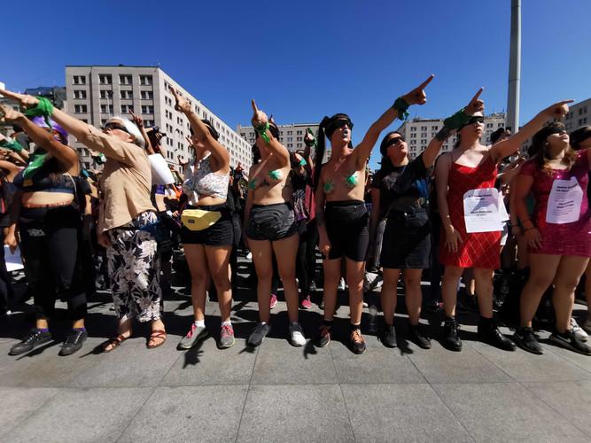 29 november 2019. De Performance Een verkrachter op jouw weg opgevoerd voor la Moneda, het presidentieel paleis, in Santiago. De performance werd die dag in zes verschillende landen opgevoerd.