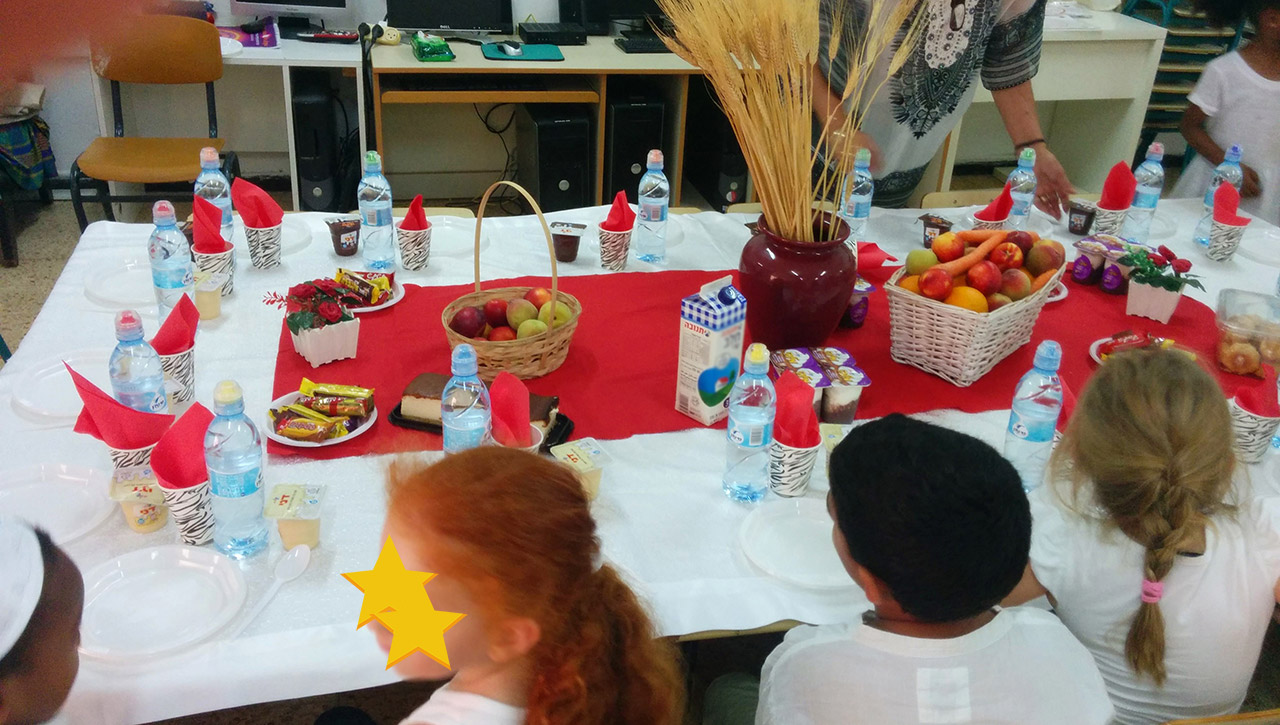 kids eating at Shavuot lunch stars