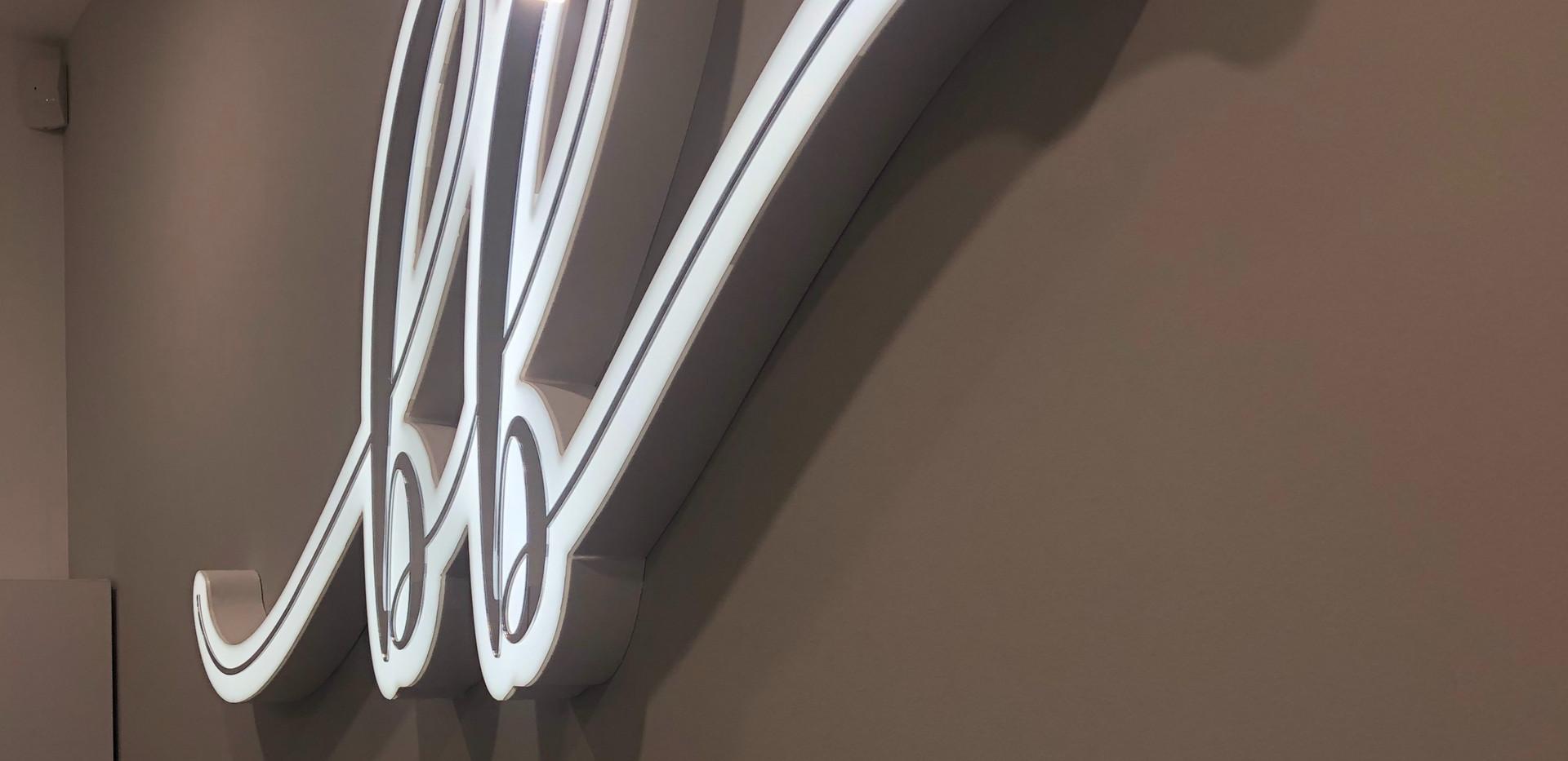 акриловый логотип для студии красоты Beb