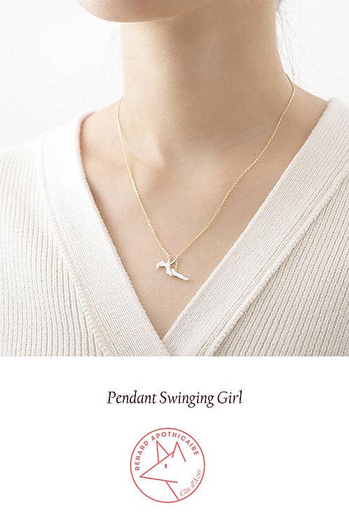 Petite fille sur un collier de balançoire avec chaîne doré