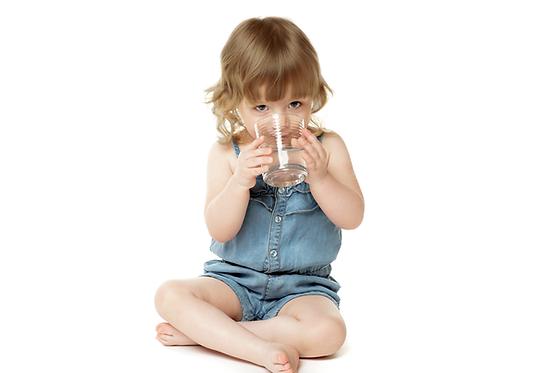 Bebe-tomando-agua-mineral-AquaOasis