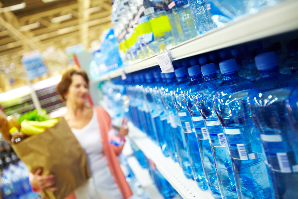 Mujer-haciendo-compras-de-Agua-AquaOasis-en-supermercado.jpg