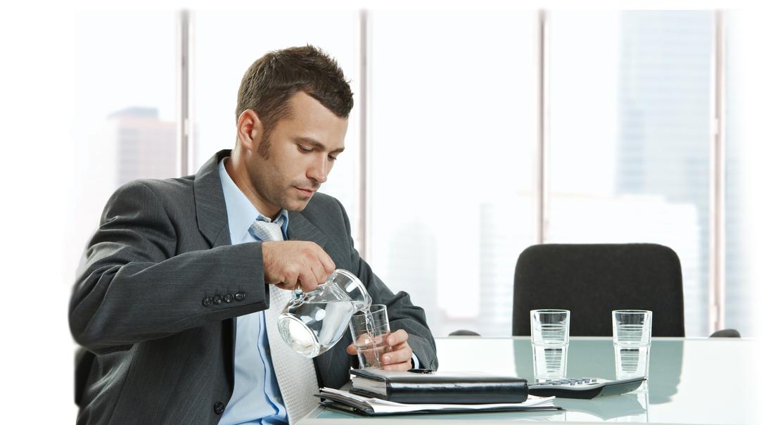 Empresario-tomando-Agua-Mineral-AquaOasis