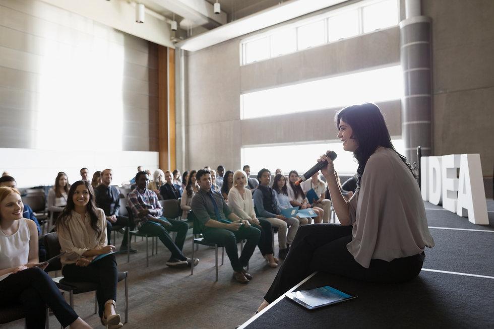 Intervenante donnant une conférence dans l'enseignement supérieur
