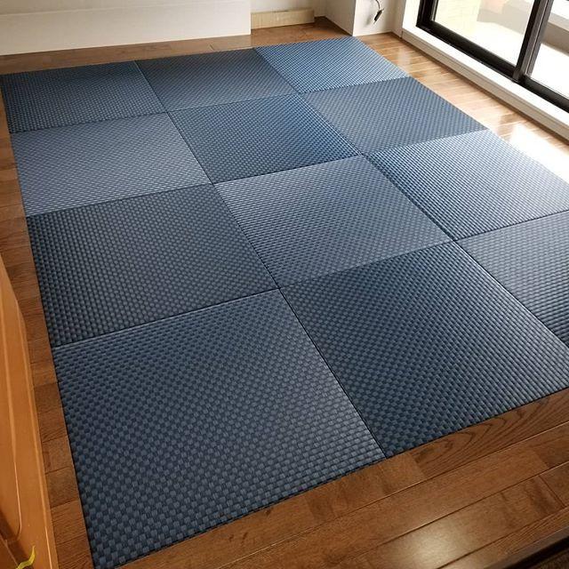 セキスイ美草インディゴブルーで、縁無し加工。1枚のサイズを、65×65のコンパクトサイズに抑えて枠をフローリングで仕上げました。