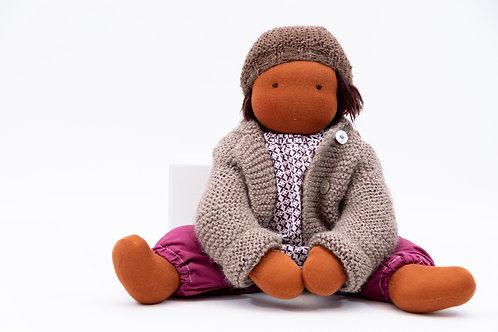 Puppenkleidung aus Alpaka. Set aus Strickjacke, Strickmütze und gestrickten Schuhen. Dazu eine passende rosa Hose mit Bluse.