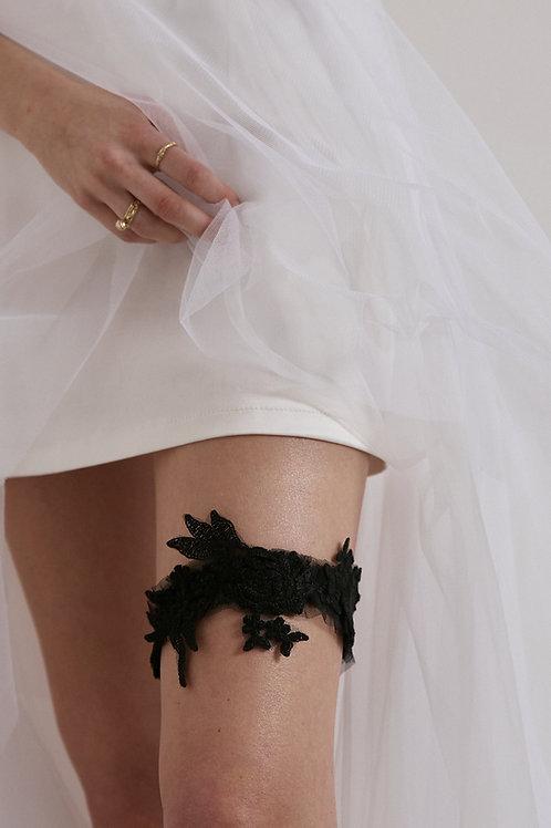 Černý svatební podvazek s krajkou a květinovými aplikacemi