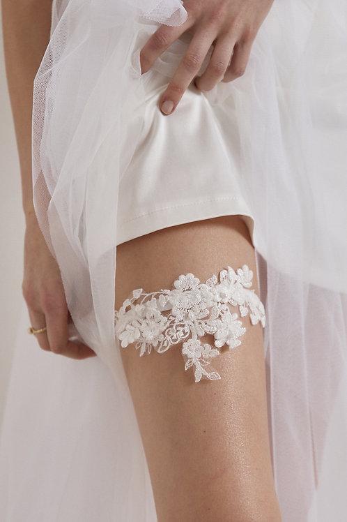 Sametový podvazek s jemnou květinovou krajkovou aplikací a drobnými perličkami