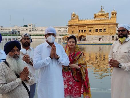 Dy. CM Dushant paidobeisance at Harmandir Sahib, चौटाला ने स्वर्ण मंदिर में शीश नवा कर अरदास की
