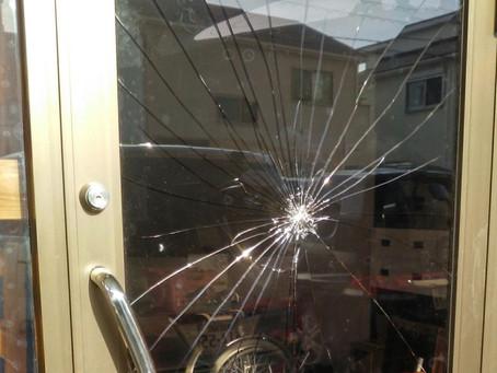 東郷町 デイケア施設 入り口ガラス 割れかえ
