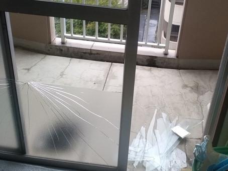 横浜市瀬谷区 掃き出し窓 割れかえ 転倒して割れた