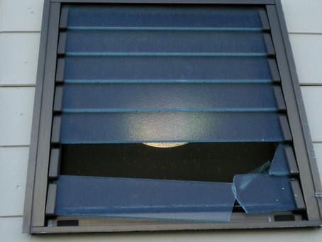 名古屋市守山区 ルーバーガラス 割れかえ 即日施工