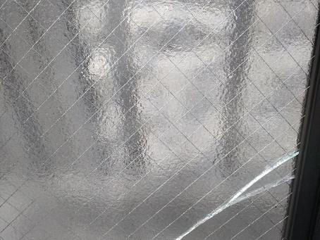 横浜市戸塚区 ガラス 割れかえ 掃除でサッシを外して落として割った