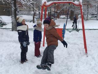 Сегодня прекрасная погода, чудесный снег - самое время гулять, играть в снежки, кататься с горки и п
