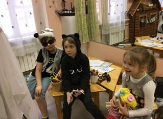 В пятницу наши фонарики обыгрывали волшебную сказку про маленькое привидение вместе с прекрасной Све