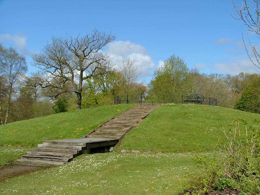 Today, a circular grass mound surrounded by a cobblestone moat, a wooden bridge and steps represent the original Livingston Peel.