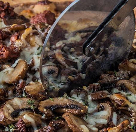 Πίτσα με λουκάνικα από αγριόχοιρο