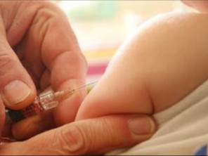 Wit Gele Kruis ta bay cuminsa cu vacunacion di babynan.