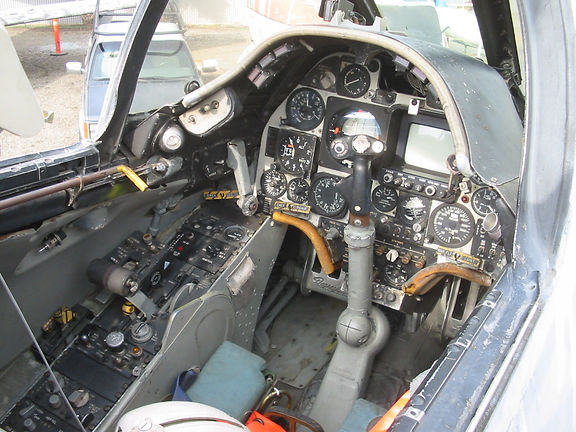 154332 cockpit in 2007.JPG