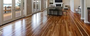 Raspagem em piso de madeira