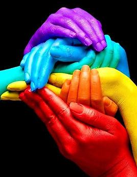 Più mani colorate formano un arcobaleno di colori