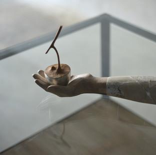 500年が過ぎましたよ と優しい男は逃亡者に囁いた  'Five hundred years passed' whispered the genial man to a runaway.  29 x 5 x 23 cm 木 / wood 2013