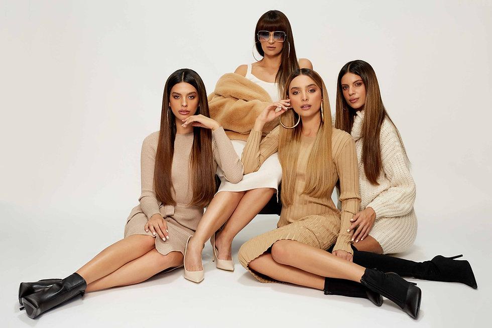 ארבע נשים יושבות בסטודיו לצילום
