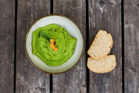 Erfrischende Creme aus grünen Erbsen und Minze