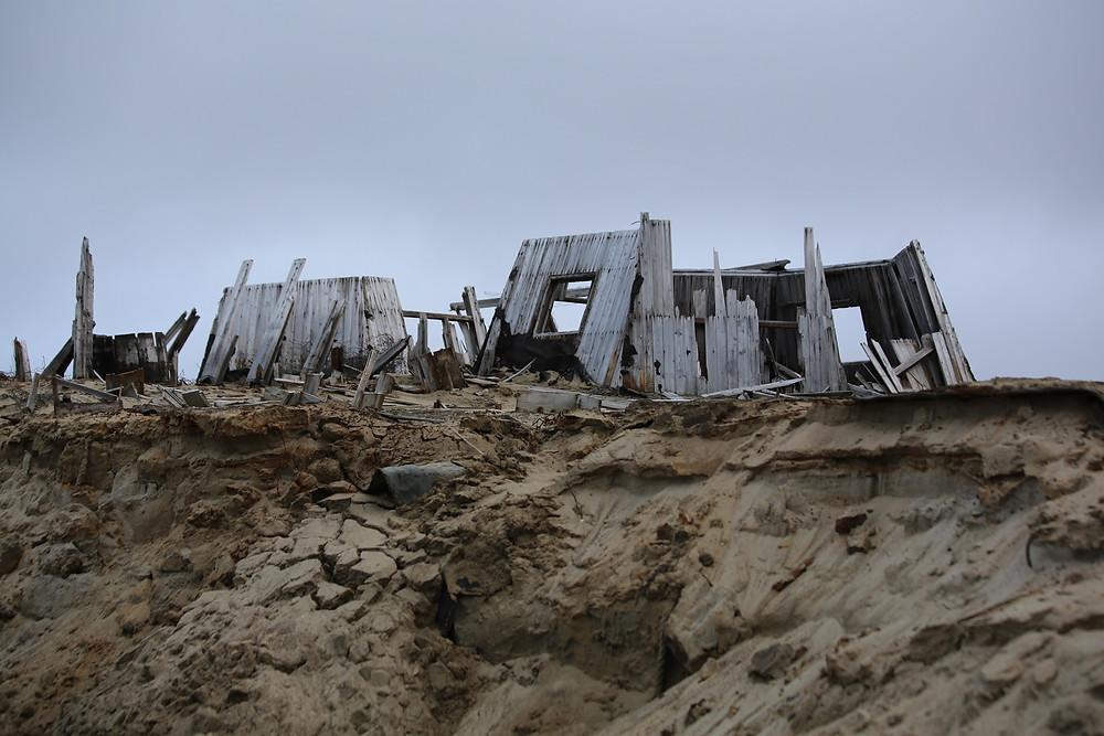 Исторический памятник на разрушающемся берегу. Лето 2017 года. Фото - Юлия Петрова  www.turpressa.com