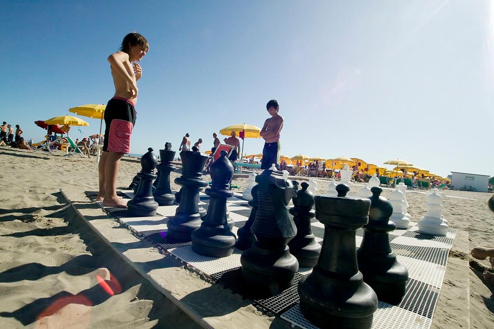 scacchi spiaggia Grado (Zambelli).jpg