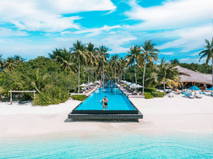 """Fairmont Maldives Sirru Fen Fushi: """"удалёнка"""" на Мальдивах на белоснежном пляже Индийского океана"""