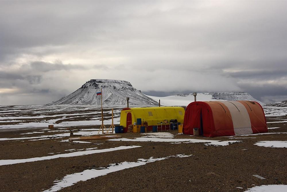 Палаточный лагерь экспедиции нацпарка на о. Алджера. Фото - Алексей Ананьев  www.turpressa.com